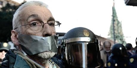 Manifestante da AVVAZ contra repressão | Crédito: Avaaz