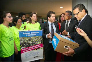 Presidente da Câmara recebe assinaturas da petição